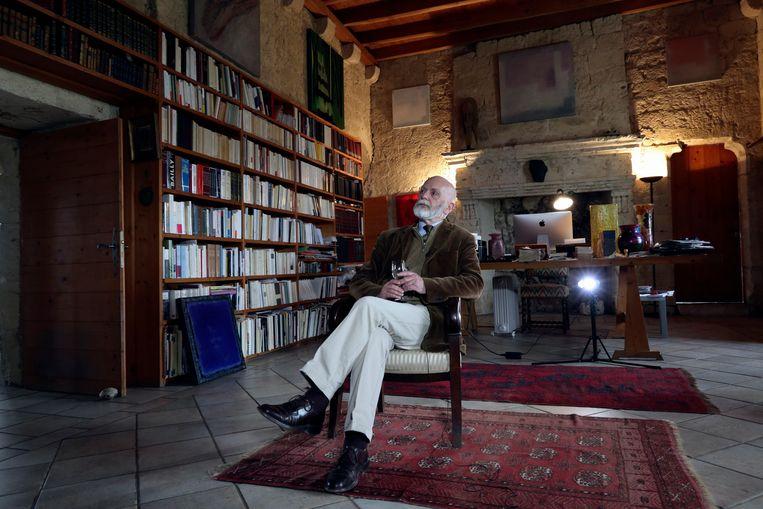 Renaud Camus in de ridderzaal van zijn kasteel Beeld AP