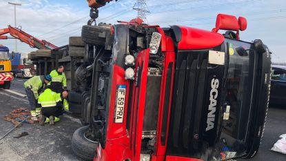 Vrachtwagen kantelt: E34 vier uur versperd