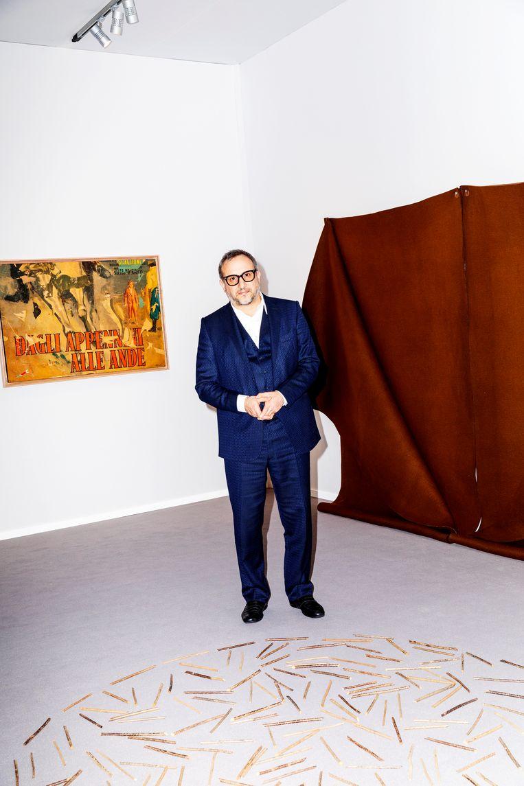Joe La Placa, directeur van kunsthandel Cardi Gallery in Milaan en Londen, bij een werk van Richard Long uit 1980.  Beeld Marie Wanders
