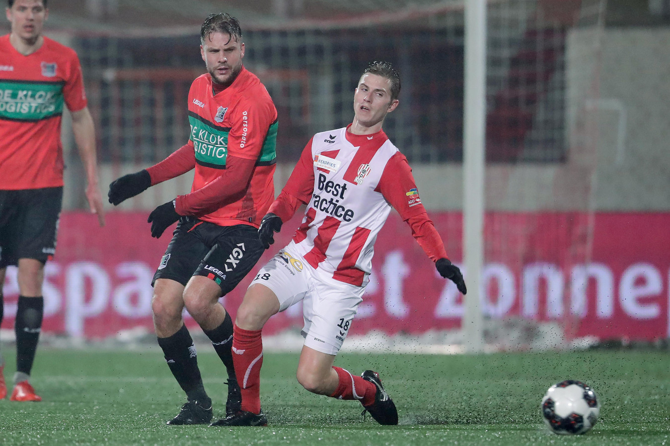 Dennis Janssen in duel met Joey van den Berg.