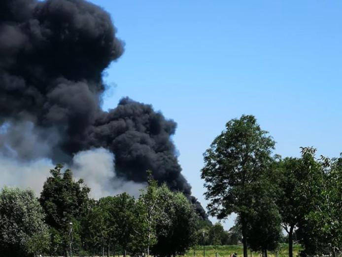 Zwarte rookwolken van de brand zijn te zien vanaf het Weidepad in Linschoten.