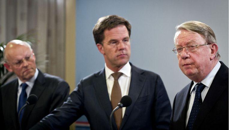 Minister van Buitenlandse Zaken Uri Rosenthal (L), Premier Mark Rutte (M) en minister van Defensie Hans Hillen. © ANP Beeld