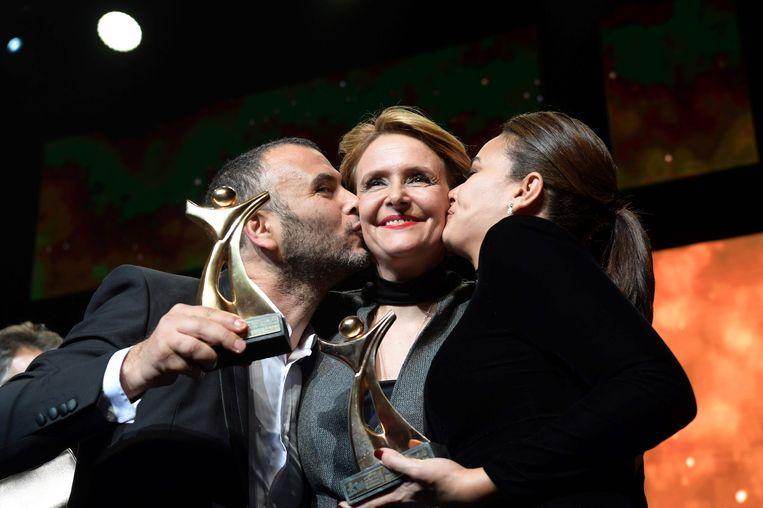Hinde Boujemaa wordt gekust door acteurs Lotfi Abdelli (links) en Hind Sabri (rechts).