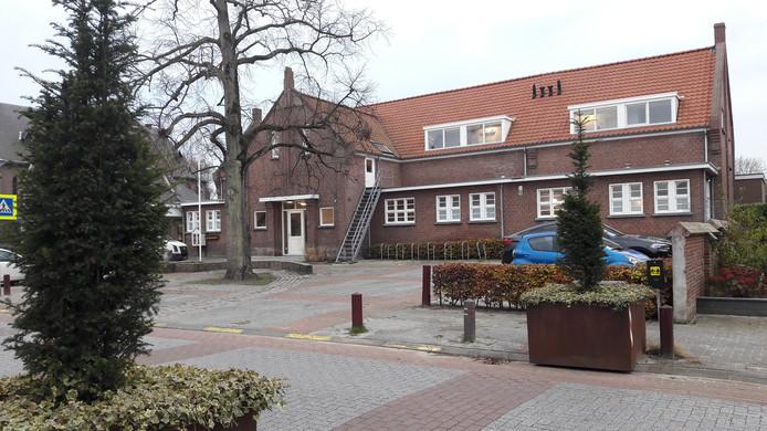 De voormalige Theresiaschool in Moerstraten wordt een woon-zorgcomplex van de Centrale Zorggroep. De dakkapellen zijn weer teruggeplaatst op het gebouw.