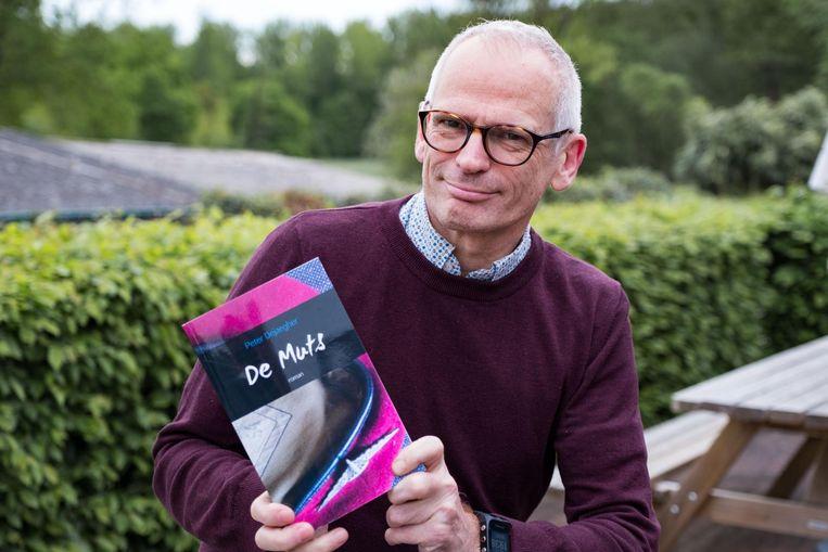 Peter Dejaegher met zijn boek 'De Muts'.