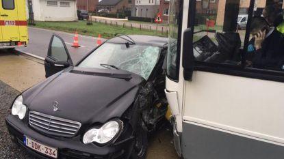 Mercedes even meegesleurd door lijnbus