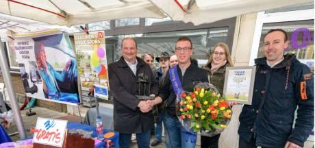 De koning van Sint Joep komt uit Tilburg, heet Jan de Rooij en verkoopt sponsjes