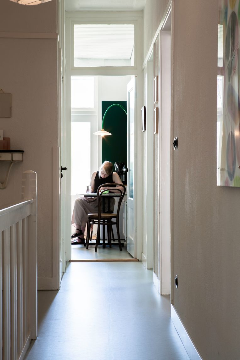 'De vloer was ons grootste discussiepunt. Je kiest in dit soort huizen vaak voor een houten vloer, maar we besloten toch voor lichtblauw marmoleum te gaan. Het geheel oogt nu net iets moderner, maar niet té modern.' Beeld Henny van Belkom