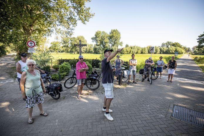 Gids Hans Fij vertelt de deelnemers aan de smokkelfietstocht rondom Overdinkel meer over het roemruchte smokkelverleden van het grensdorp.