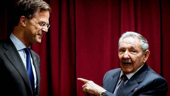 Premier Mark Rutte ontmoet de Cubaanse president Raúl Castro, de broer van Fidel, tijdens de Summit of the Americas, de Amerika-top, in april vorig jaar.