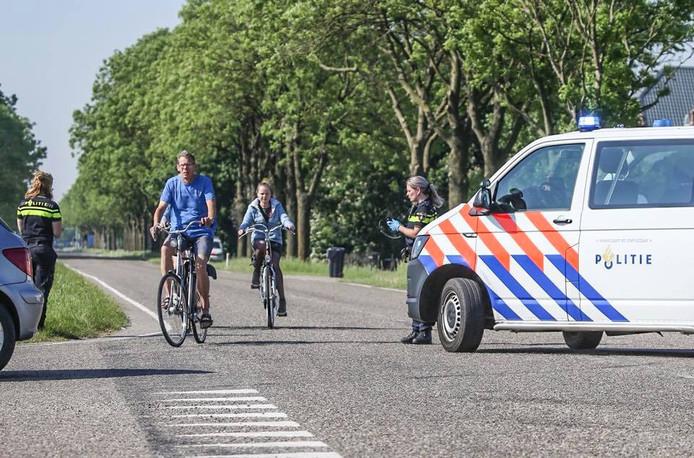 De Maasweg in Mijnsheerenland is afgesloten vanwege een politieonderzoek naar een stoffelijk overschot.