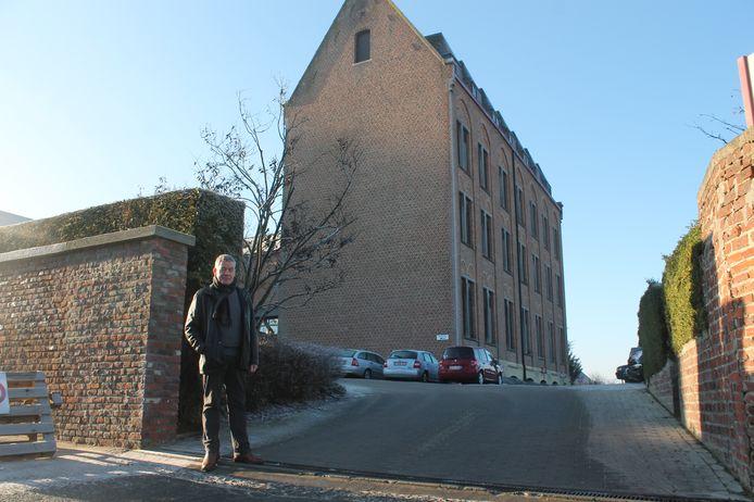 Directeur Mark Hautekiet enkele jaren geleden voor de gebouwen van Mater Dei.