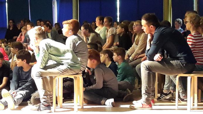 Kinderen in Bergeijk luisteren aandachtig naar het lijdensverhaal.