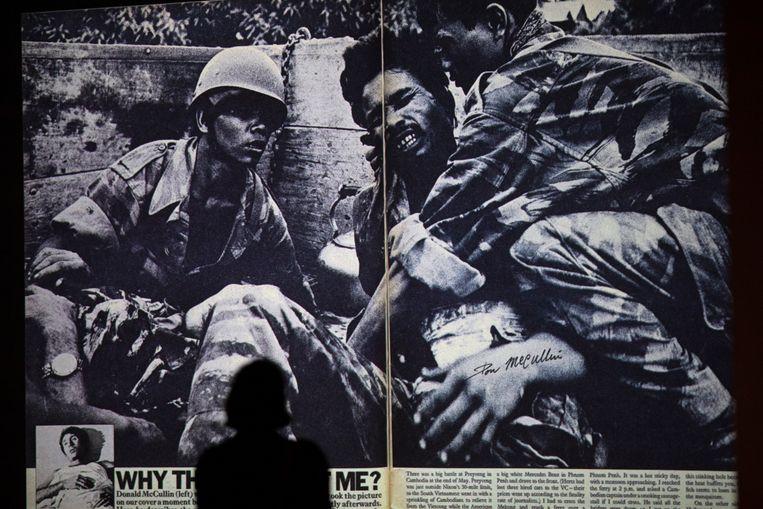 Een bezoeker kijkt naar het werk van fotograaf Sir Don McCullin in Tate Britain. Beeld Getty Images