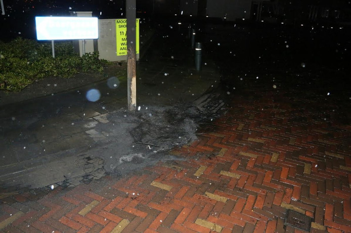 De autobanden stonden opgestapeld tegen de lantaarnpaal.