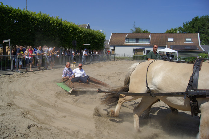 De paardenmarkt van Numansdorp: vorig jaar ging burgemeester Luteijn voorop. Wie doet het hem dit jaar na?