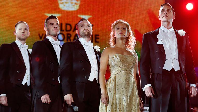 De cast van Soldaat van Oranje zingt een lied uit de musical tijdens de AVRO Musical Sing-a-long op de Uitmarkt 2014. Onder begeleiding van het Metropole Orkest worden bekende nummers uit lopende en nieuwe musicals gezongen. Beeld ANP Kippa