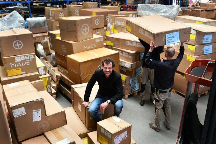 TSN-directeur Andries Vlot tussen de pakketten.