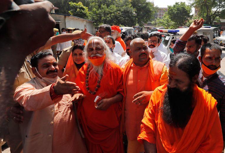 Aanhangers van de regeringspartij BJP vieren de overwinning bij de rechtbank in Lucknow. Tweede van links is Ram Vilas Vedanti, oud-parlementariër van de BJP en een van de vrijgesproken mensen. Beeld AP