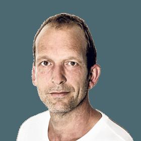Een energiezuinige strijder met de modderspatten op het gezicht