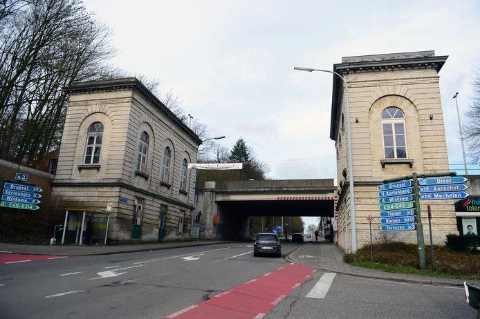 Het tolhuis rechts op de foto werd al gerestaureerd. Het andere wordt eind dit jaar aangepakt.