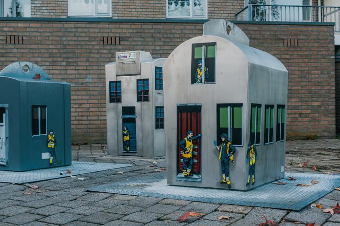 Sinds november sieren kleine mannetjes de containers in de Adriaan van Bergen-straat. Het is werk van kunstenaar Jaune in het kader van Blind Walls Gallery. Ook elders in Breda worden afvalplekken opgesierd. Zo ligt er een 'bloemetjestapijt' rond de containers aan het Edisonplein. Het moet mensen ontmoedigen hun afval te dumpen bij de containers.