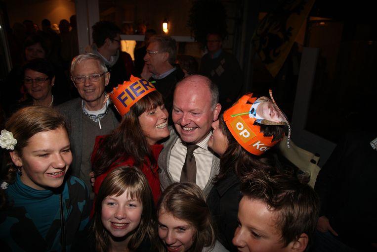 Koen Loete in betere politieke tijden. Hier wordt hij door zijn zussen gefeliciteerd na een nieuwe verkiezingsoverwinning.