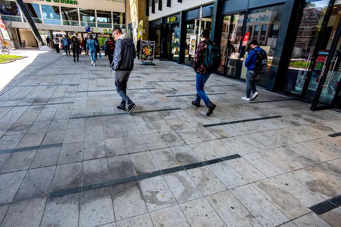 Dat de nieuwe vloeren zo vies zijn, houdt de gemoederen bezig. Kijken we hier nog vijftig jaar tegenaan?