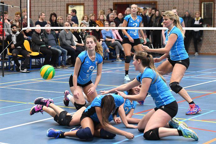 De dames van Volt actief in sporthal De Kloosterhof