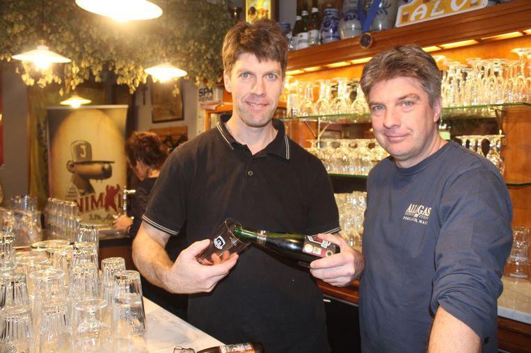 Uitbaters Kurt en Yves Panneels van café In de Verzekering tegen de Grote Dorst in Lennik.