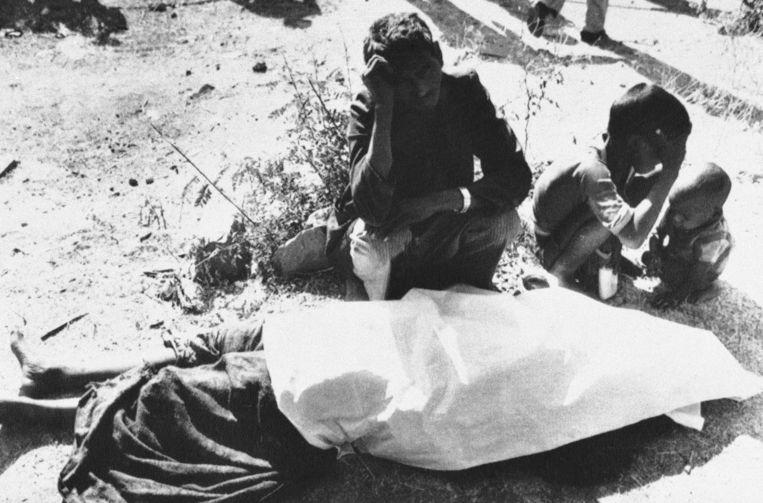 Nabestaanden rouwen om de dood van een slachtoffer van de giframp in Bhopal, 1984. Beeld ap