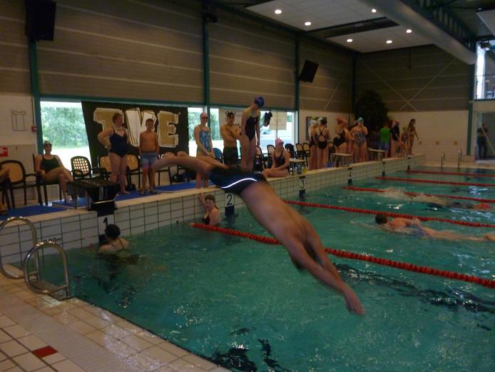 Deelnemers bezig aan 'Rondje Meierijstad' in zwembad De Molenheide in Schijndel.