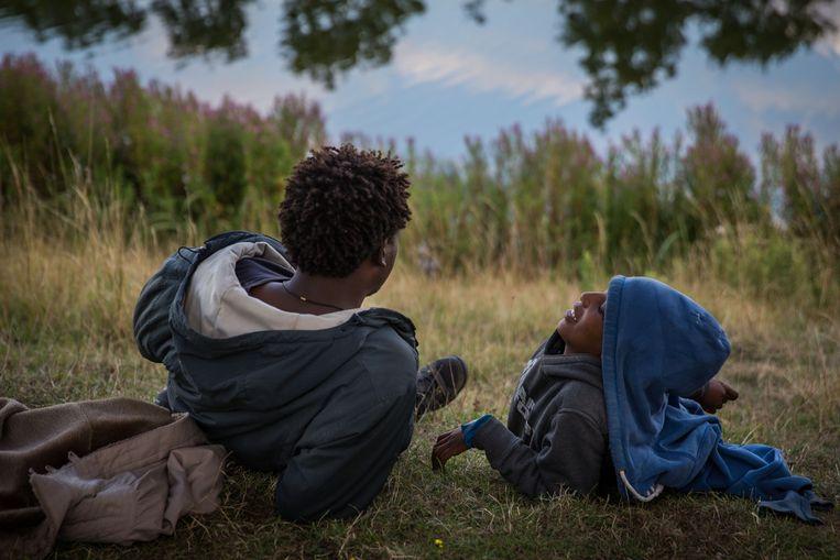 Vluchtelingen uit Eritrea wachten bij een meer in de buurt van de Eurotunnel in Calais.