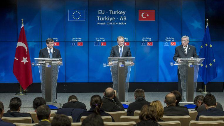 Minister-president van Turkije Ahmet Davutoglu (links) Voorzitter van de Europese raad Donald Tusk (midden) en Voorzitter van de Europese Commissie Jean-Claude Juncker (rechts). Beeld anp