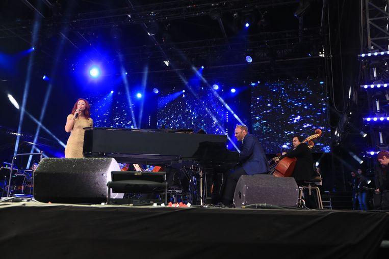 Natalia en Jef Neve, samen op het podium op het Paleizenplein in Brussel.