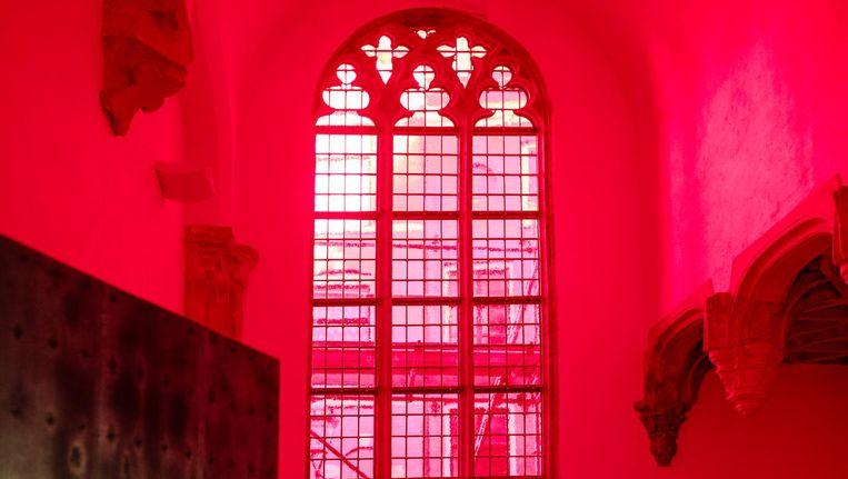 Het rode glas-in-lood is de vervanging van het glas uit 1959 Beeld Marc Driessen