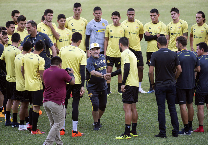Diego Maradona schudt handen bij Dorados.