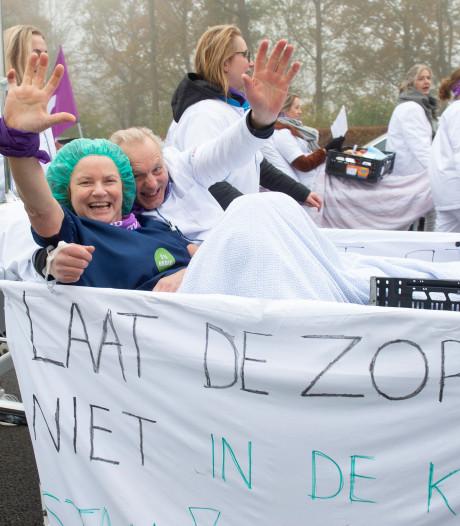 Actievoerende Deventer verpleegkundigen leggen met ziekenhuisbedden verkeer 'plat'