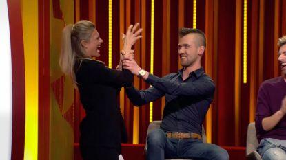 Nathalie test hoe heilig het haar van Gregory nu echt is