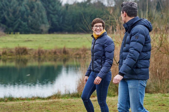 Yvonne Lankhaar uit Heesch, psychologe met chronische rugpijn, wandelt met een cliënt in het bomenpark.