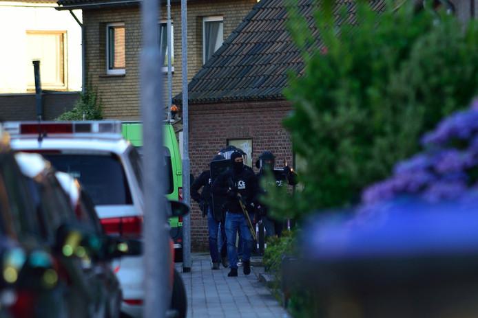 Arrestatieteam doet inval in woning aan de Frisostraat in Zevenbergschen Hoek.