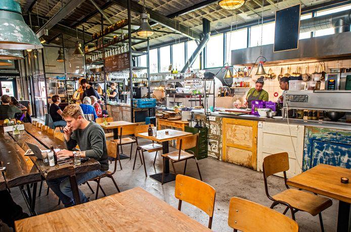 Het restaurant van Uit Je Eigen Stad in Rotterdam is een gezellige houtje-touwtjezaak. Het personeel en de gezellige boerderijkat doen hun best, maar het komt niet meer goed uit de verf.