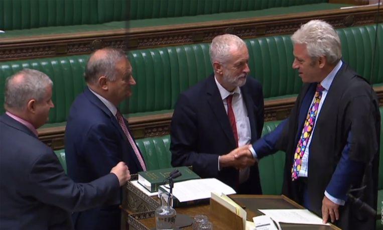 Na de opschorting schudt de Britse Labourleider Speaker of the House John Bercow de hand.