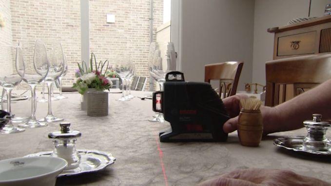 Overkill in 'Komen Eten': Kris dekt zijn tafel met een laser