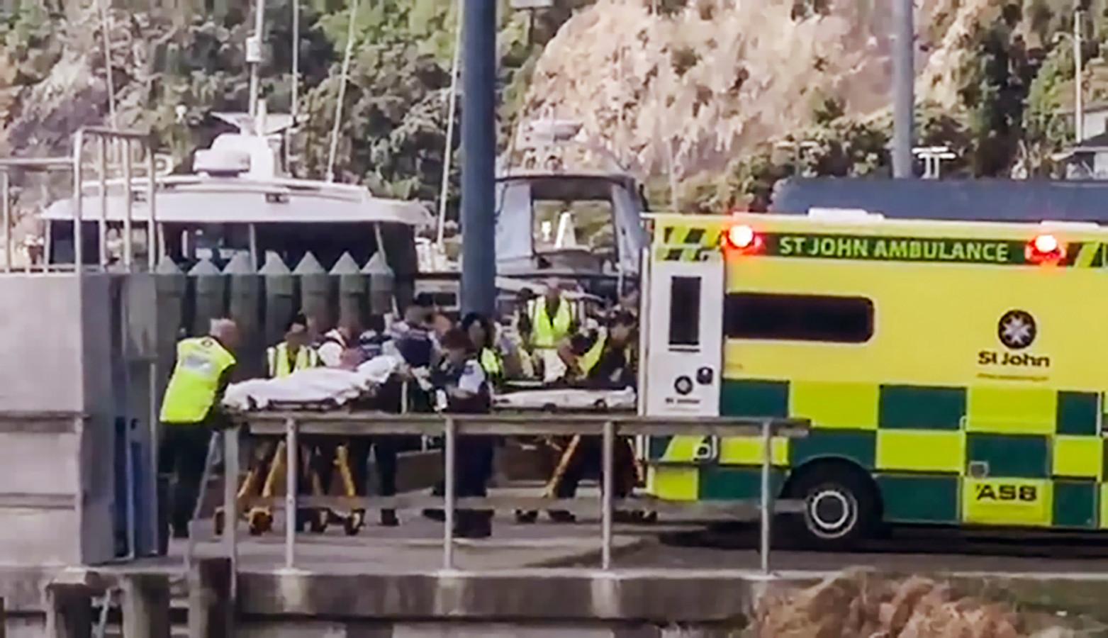 De eerste gewonden worden in een ambulance getild.