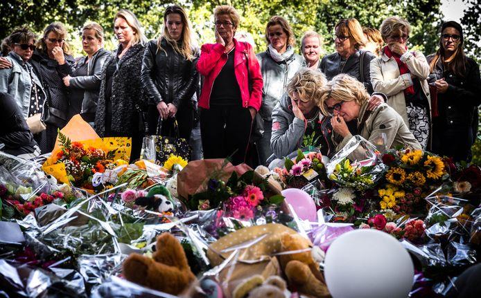 Leerkrachten van Hertogin Johanna locatie A gaan met collega's van basisschool de Korenaer naar de bloemenzee bij het station.
