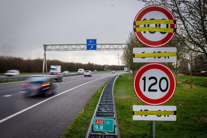 De maximumsnelheid op snelwegen gaat binnenkort naar beneden tot honderd kilometer per uur. Voor veel automobilisten een gruwel die op de A32 al langzaam gestalte krijgt doordat het bord alvast is geplaatst.