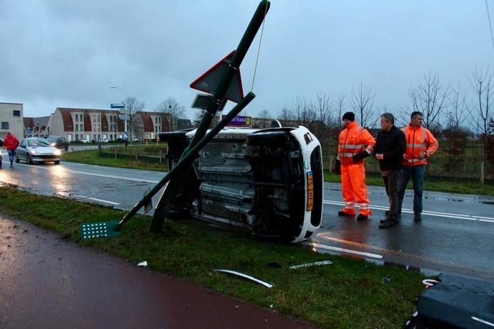 Een vrouw verloor de macht over het stuur in Dongen. Ze botste tegen een lantaarnpaal. Haar auto kantelde.