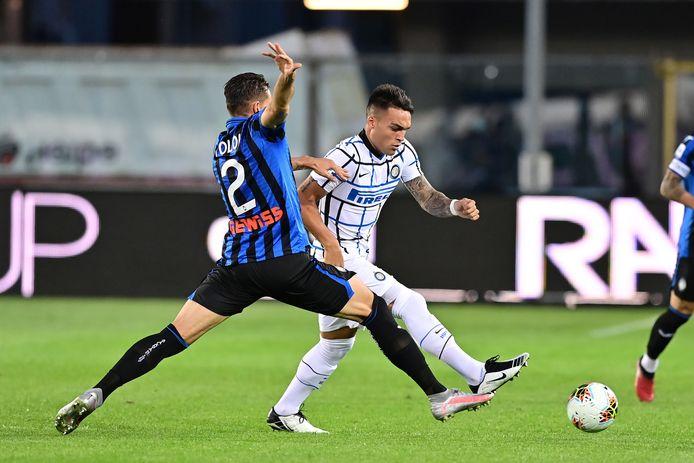 Rafael Toloi in duel met Lautaro Martinez.