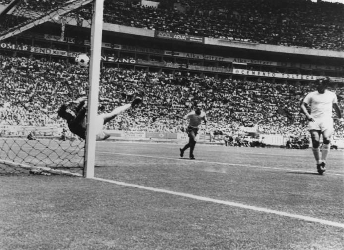 Gordon Banks redt op een kopbal van Pele